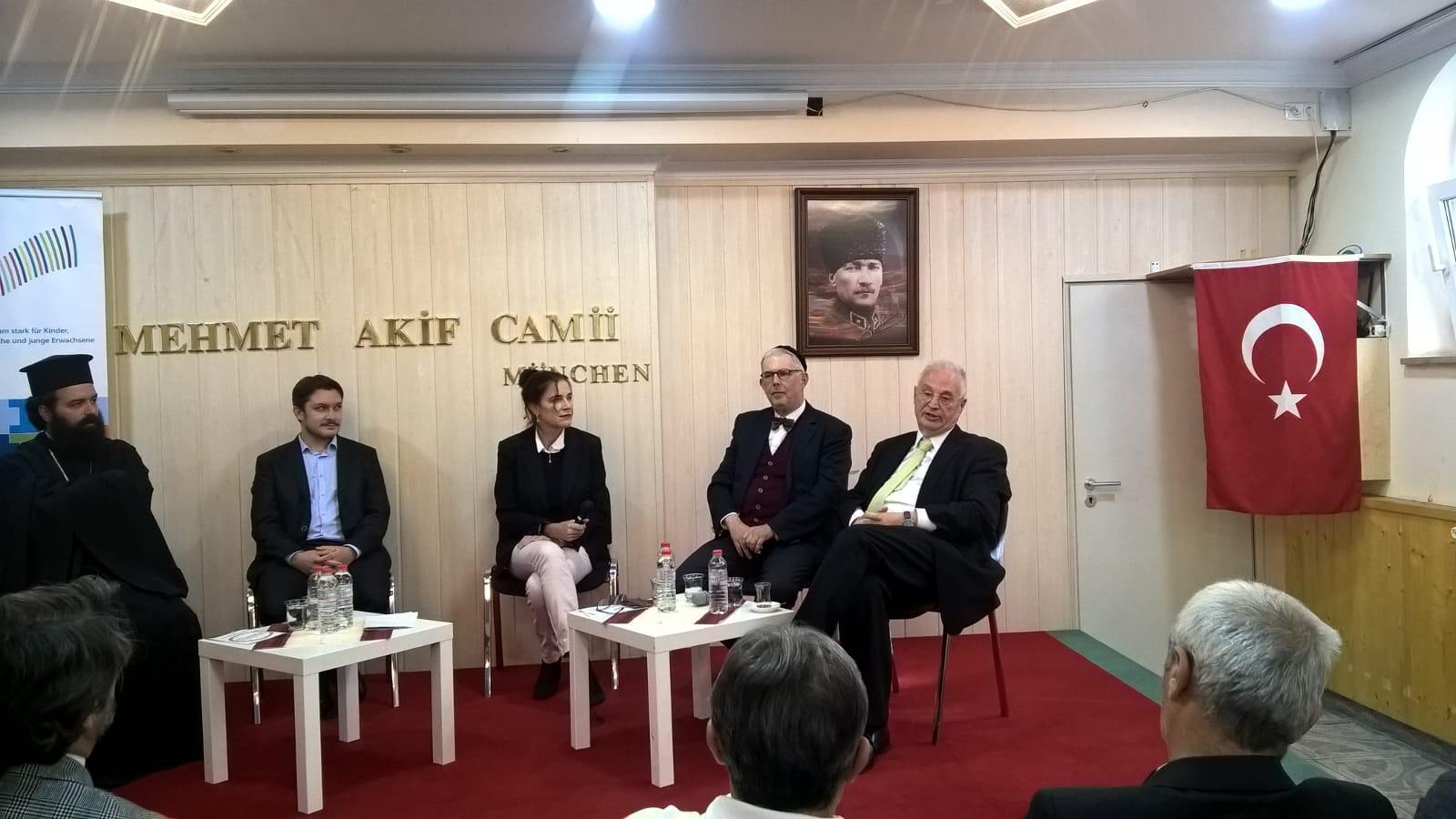 PD Dr. phil. habil. Karin B. Schnebel mit Vertretern der verschiedenen Religionen am Tag der offenen Moscheen