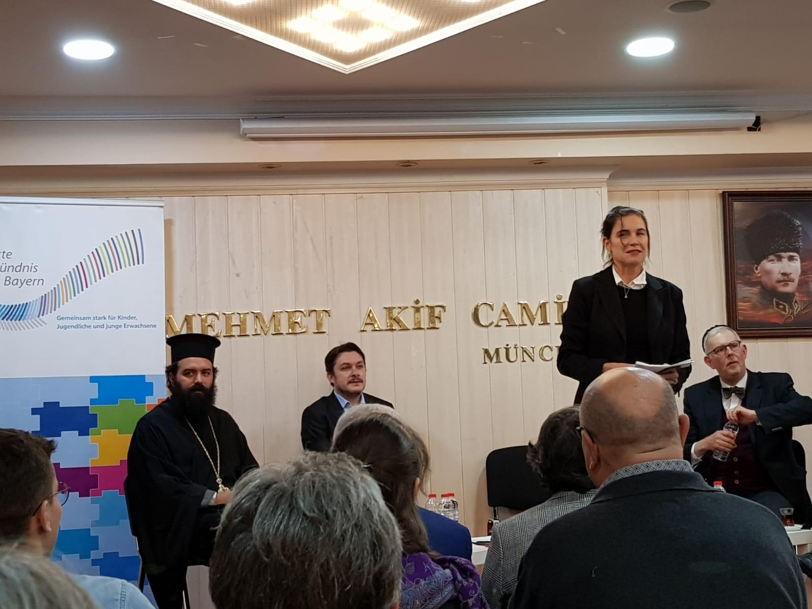 PD Dr. phil. habil. Karin B. Schnebel bei einer Diskussion zur Zukunft der Religionen in München